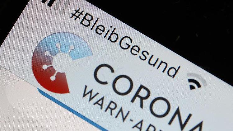 Die offizielle Corona-Warn-App ist auf einem Smartphone zu sehen. Foto: Oliver Berg/dpa/Archivbild