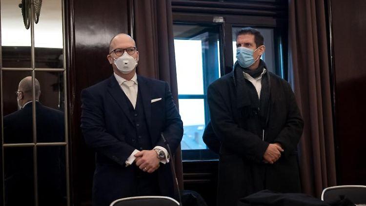 Olaf Latzel (r), Pastor, steht vor Prozessbeginn mit Sascha Böttner, Anwalt, im Gerichtssaal. Foto: Sina Schuldt/dpa/Archivbild