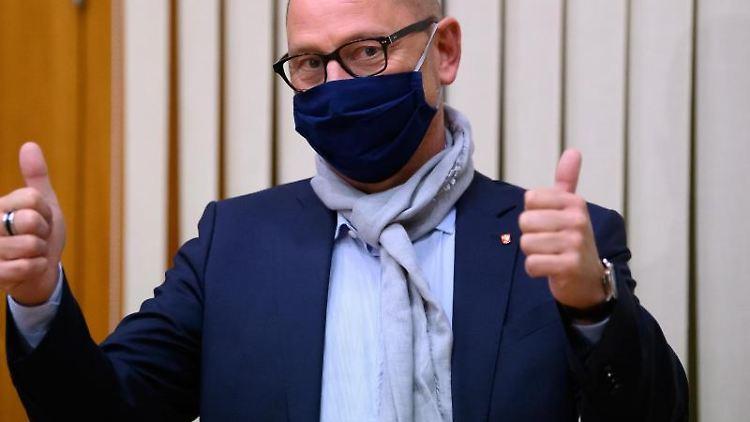 Stephan Hänes (SPD) zeigt nach seiner Wahl per Losentscheid beide Daumen nach oben. Foto: Swen Pförtner/dpa