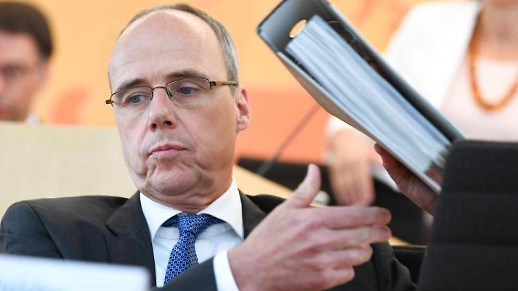 Peter Beuth (CDU), Innenminister des Landes Hessen, sitzt im Landtag. Foto: Arne Dedert/dpa Pool/dpa/Archivbild
