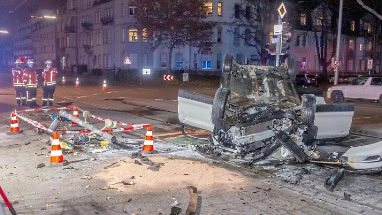 Einsatzkräfte von Polizei und Feuerwehr stehen während eines Einsatzes nach einem Unfall auf einer Straße. Ein mit einem Messer bewaffneter Mann hat im Westen Baden-Württembergs innerhalb weniger Stunden verschiedene Unfälle verursacht, dabei mehrere Menschen verletzt und zwei Fahrzeuge geraubt. Der 48-Jährige habe am Dienstagabend zunächst Unfälle im Raum Karlsruhe verursacht, sei dann über die Autobahn 5 Richtung Süden geflohen und in der Gegend von Freiburg nach weiteren Unfällen schließlich festgenommen worden, teilten Staatsanwaltschaft und Polizei mit. Foto: Aaron Klewer/Einsatz-Report24/dpa/Archiv