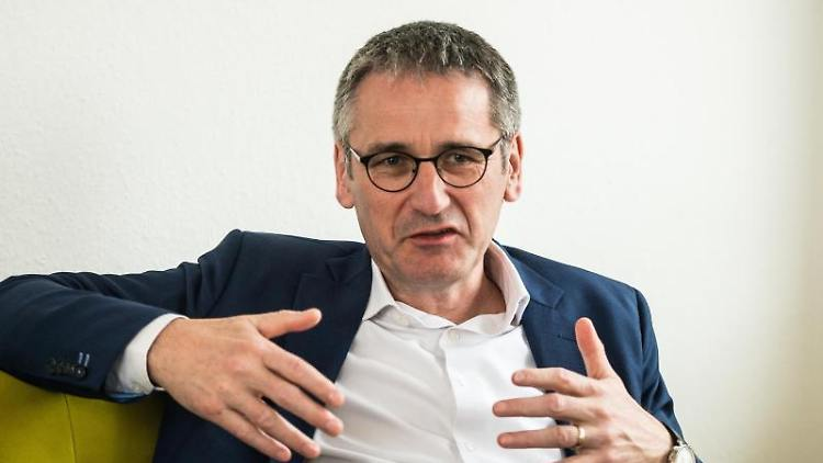 Hendrik Hering (SPD), Präsident des rheinland-pfälzischen Landtags, gestikuliert während eines Gesprächs mit der Deutschen Presse-Agentur. Foto: Andreas Arnold/dpa/Archiv