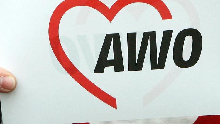 Das Logo der Arbeiterwohlfahrt (AWO) ist auf einem Papier zu lesen. Foto: Holger Hollemann/dpa/Archiv