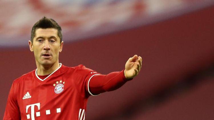 Bayerns Robert Lewandowski reagiert auf denSpielverlauf. Foto: Matthias Schrader/AP-Pool/dpa/archiv
