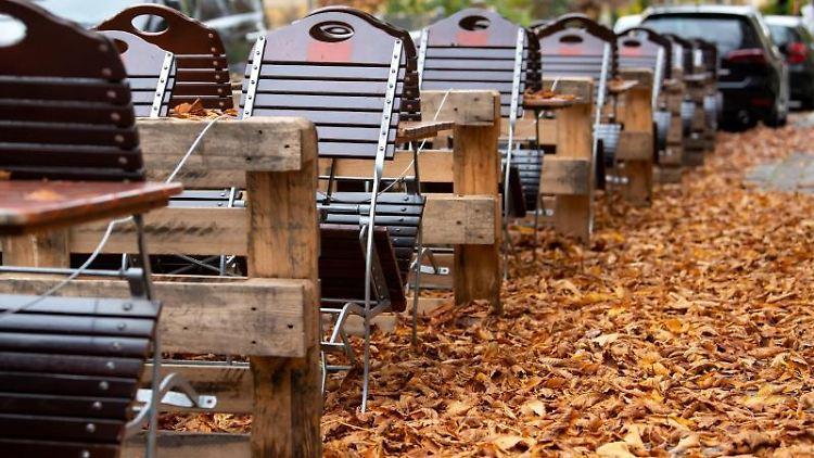 Leere Stühle und Tische stehen im Außenbereich einer geschlossenen Gaststätte. Foto: Sven Hoppe/dpa