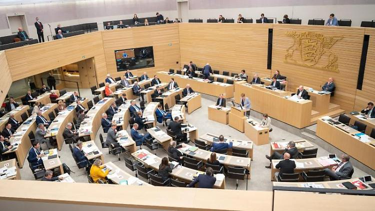 Abgeordnete nehmen während der 128. Sitzung des 16. Landtags von Baden-Württemberg teil. Foto: Sebastian Gollnow/dpa/Archivbild