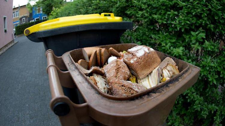 In einer braunen Biomülltonne liegen Lebensmittel. Foto: Arno Burgi/dpa-Zentralbild/dpa/Symbolbild