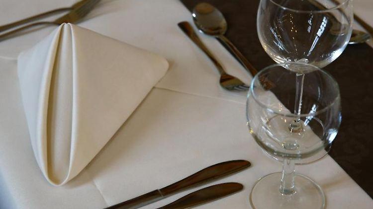 Blick auf einen gedeckten Tisch in einem Restaurant. Foto: Bernd Wüstneck/dpa-Zentralbild/ZB/Symbolbild