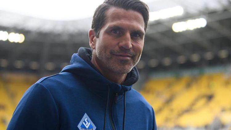 Mannheims Trainer Patrick Glöckner steht vor Beginn eines Spiels im Stadion. Foto: Robert Michael/dpa-Zentralbild/dpa/Archivbild