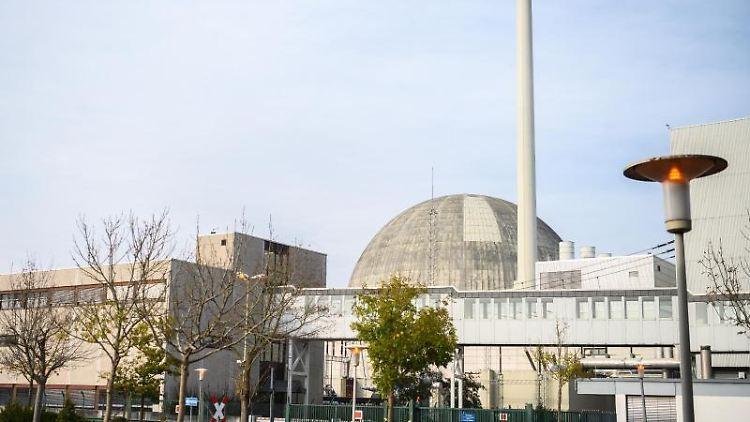 Ein Blick auf das Kernkraftwerk Unterweser. Foto: Mohssen Assanimoghaddam/dpa/Archiv