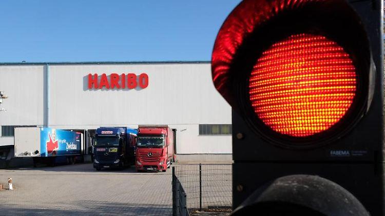 Eine Ampel am Eingang zum Haribo-Werk Wilkau-Haßlau leuchtet rot. Foto: Sebastian Willnow/dpa-Zentralbild/dpa/Archivbild