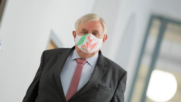 Karl-Josef Laumann (CDU), Gesundheitsminister von Nordrhein-Westfalen, mit Mundschutz. Foto: Rolf Vennenbernd/dpa pool/dpa/Archivbild
