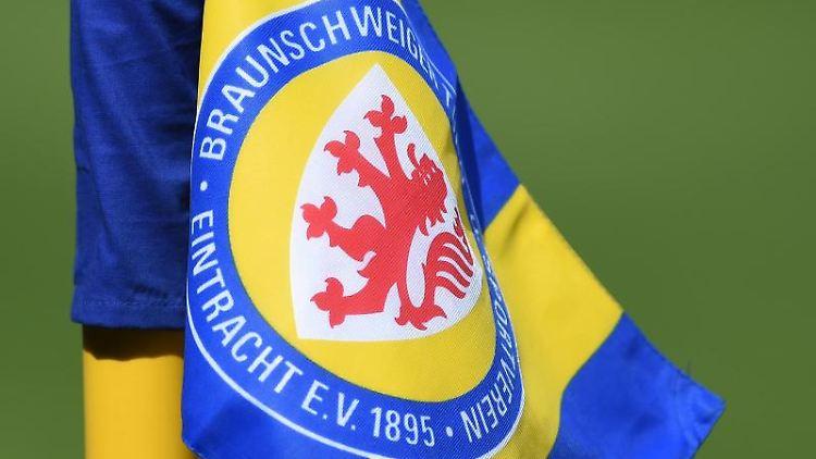 Eine Eckfahne mit dem Wappen von Eintracht Braunschweig. Foto: picture alliance / Swen Pförtner/dpa/Archivbild