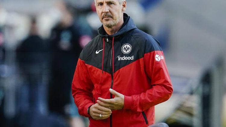 Adi Hütter kommt ins Stadion. Foto: Uwe Anspach/dpa/Archivbild