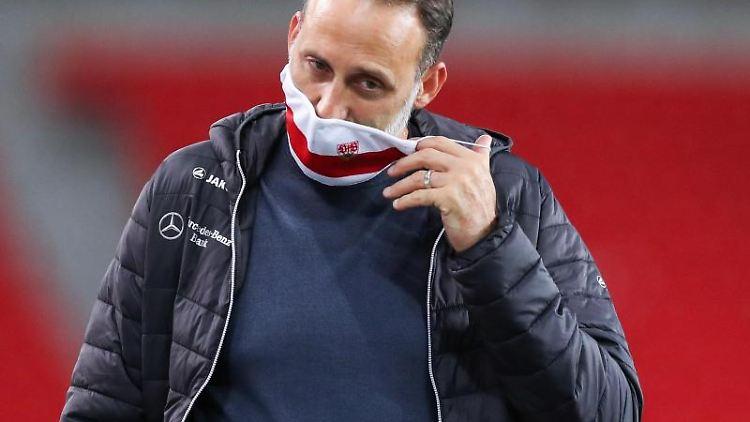 Pellegrino Matarazzo steht vor einem Spiel im Stadion. Foto: Tom Weller/dpa/Archivbild