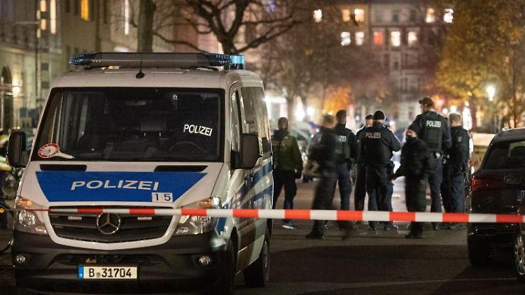 Polizisten am Kreuzberger Tatort, an dem der Mann angeschossen wurde. Foto: Christophe Gateau/dpa