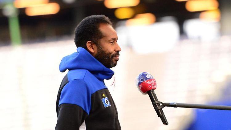 HSV-Trainer Daniel Thioune gibt vor dem Spiel ein Interview. Foto: Daniel Bockwoldt/dpa/Archivbild