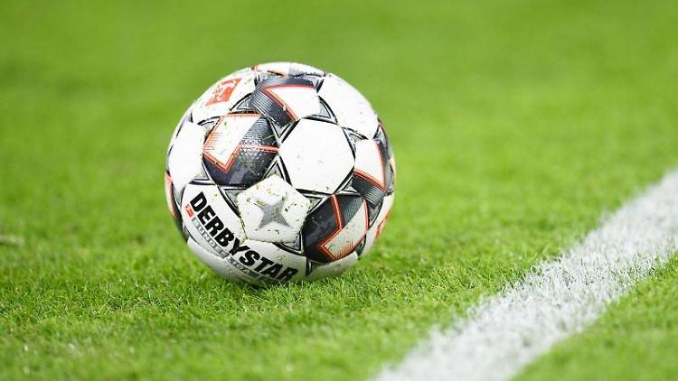 Ein Spielball liegt auf dem Rasen. Foto: Tobias Hase/dpa/Symbolbild