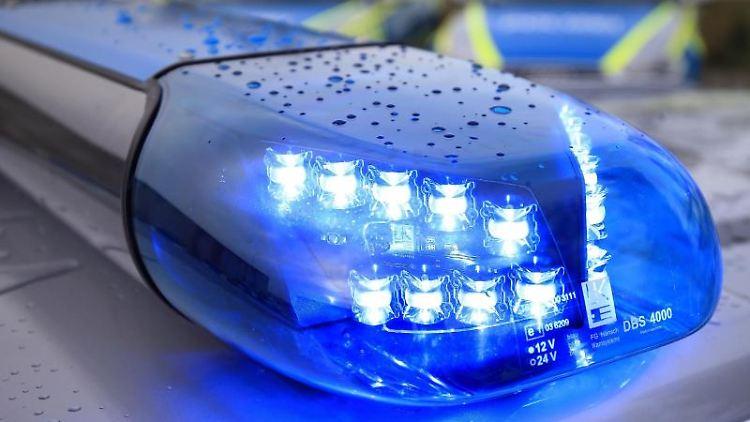 Das Blaulicht eines Funkstreifenwagens blinkt im Einsatz. Foto: Jens Wolf/dpa-Zentralbild/dpa