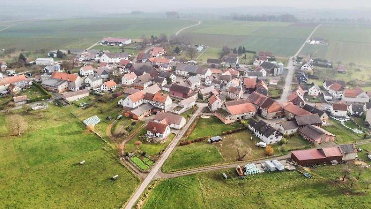 Das Dorf Dannenrod im Nebel. Foto: Boris Roessler/dpa