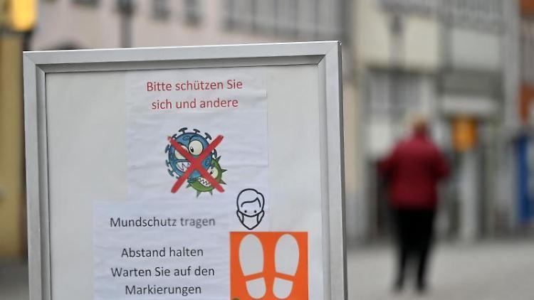 Eine Informationstafel zum Infektionsschutz im Stadtzentrum von Hildburghausen. Foto: Martin Schutt/dpa-Zentralbild/dpa
