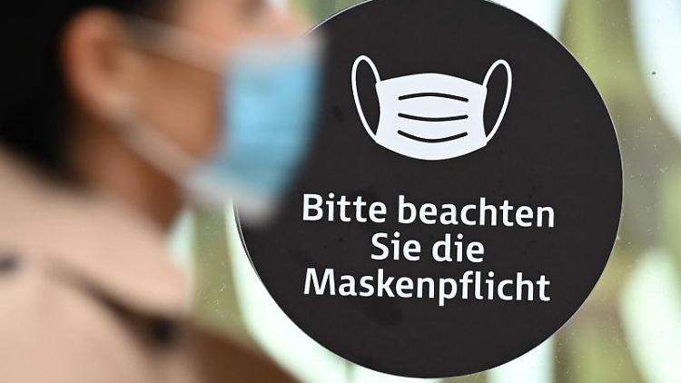 Ein Verweis auf die Maskenpflicht auf der Frankfurter Einkaufsmeile Zeil. Foto: Arne Dedert/dpa/Archivbild