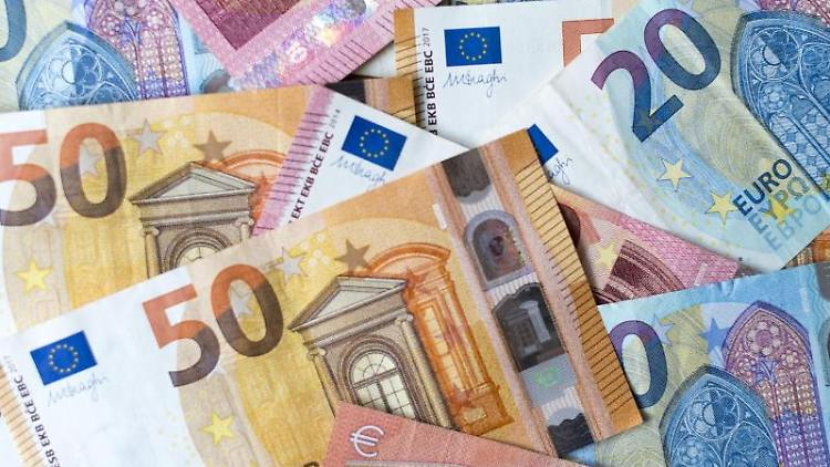 Zahlreiche Banknoten zu 10, 20 und 50 Euro liegen auf einem Tisch. Foto: Monika Skolimowska/dpa-Zentralbild/dpa/Archivbild