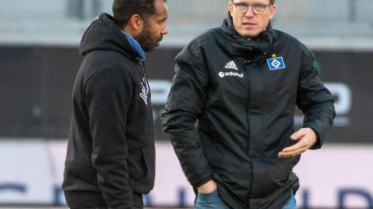 Trainer Daniel Thoune (l) von Hamburg spricht mit Sportdirektor Michael Mutzel. Foto: Stefan Puchner/dpa