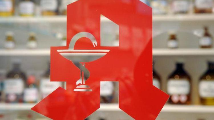 Das Logo an einer Apotheke. Foto: picture alliance / Uli Deck/dpa/Archivbild