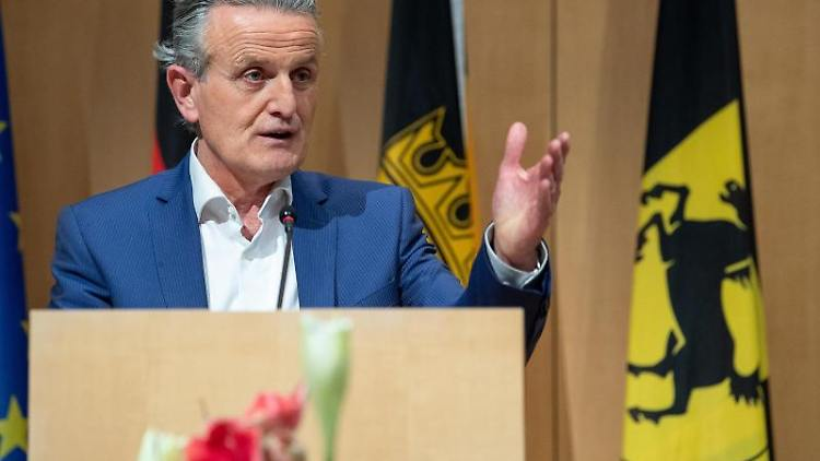 Frank Nopper spricht im Stuttgarter Rathaus. Foto: Sebastian Gollnow/dpa