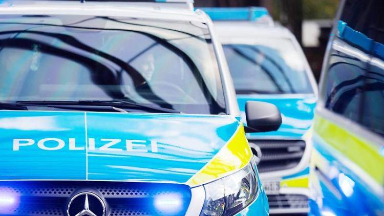 Mehrere Streifenwagen der Polizei stehen aufgereiht nebeneinander. Foto: Rolf Vennenbernd/dpa/Symbolbild