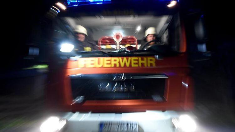 Ein Löschfahrzeug der Feuerwehr im Einsatz. Foto: Carsten Rehder/dpa/Symbolbild