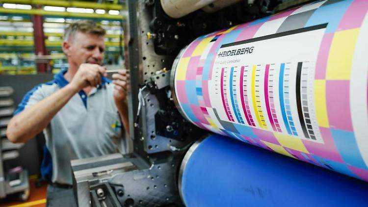 Ein Mitarbeiter der Heidelberger Druckmaschinen AG. Foto: Uwe Anspach/dpa