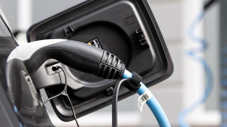 Ein Elektroauto wird an einer Ladesäule geladen. Foto: Sven Hoppe/dpa/Symbolbild