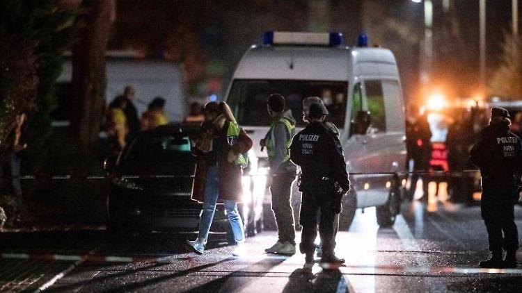 Polizisten sichern den Tatort in Meckenheim, nachdem ein Mann um sich geschossen hatte. Foto: Fabian Strauch/dpa/Archivbild