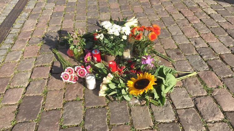 Blumen liegen vor dem Kieler Rathaus, nachdem eine 23-Jährige von einem Fahnenmast erschlagen wurde. Foto: Wolfgang Schmidt/dpa/Archivbild