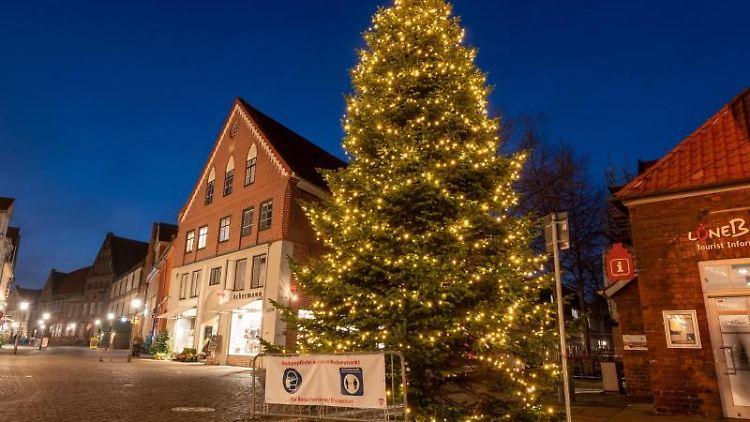 Ein Weihnachtsbaum steht neben dem Rathaus. Foto: Philipp Schulze/dpa