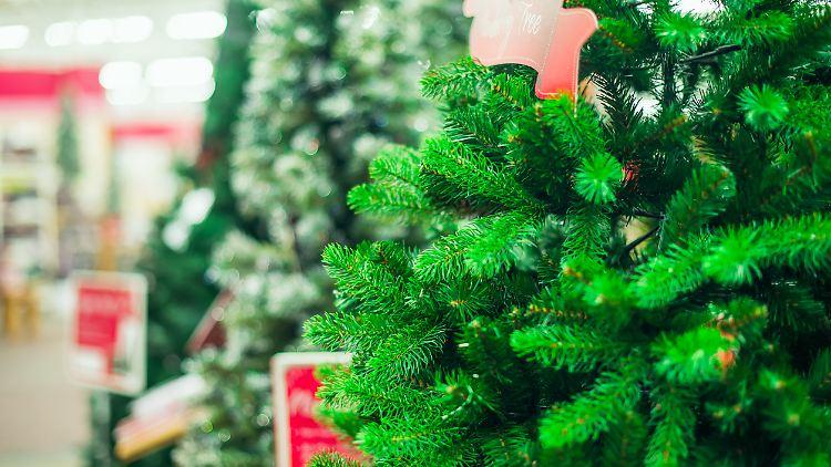 Künstliche Weihnachtsbäume aus Plastik sind gefragt.