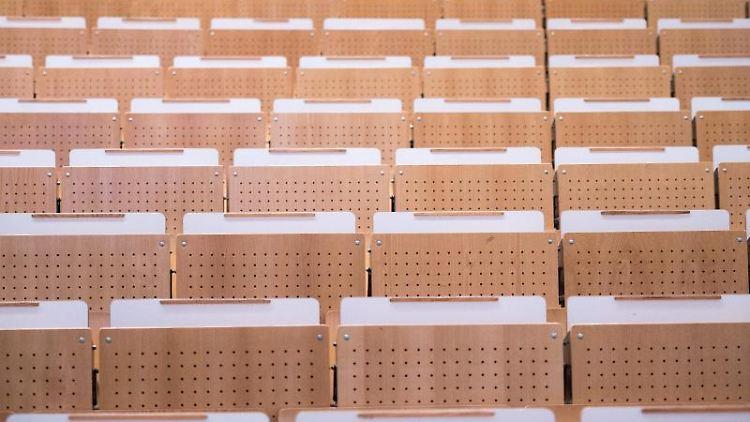 Leere Sitzplätze in einem Vorlesungssaal. Foto: Patrick Pleul/dpa-Zentralbild/dpa