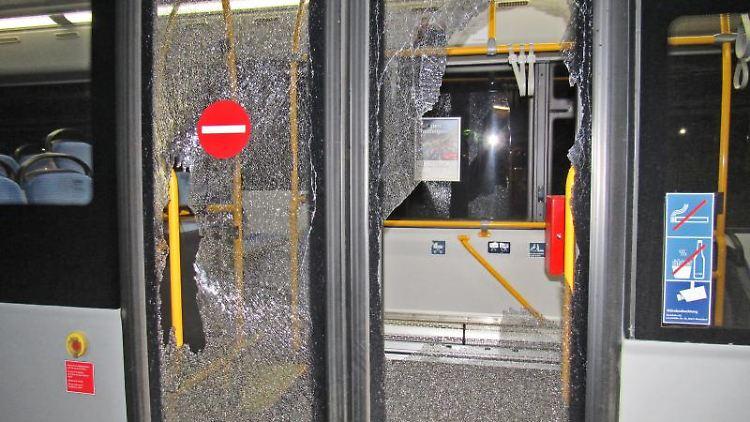 Die Reste von Türscheiben eines Linienbusses hängen zersplittert in den Türrahmen des Fahrzeugs. Foto: Polizei Kreis Mettmann/dpa/Symbolbild