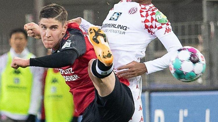 Freiburgs Roland Sallai (l) im Zweikampf mit dem Mainzer Leandro Barreiro. Foto: Sebastian Gollnow/dpa