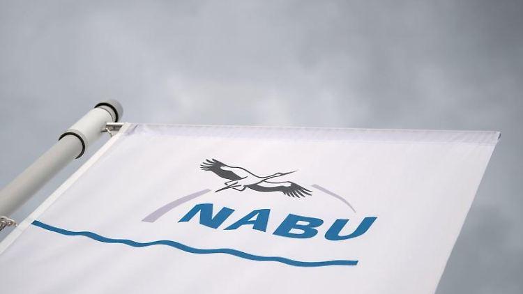 Eine Flagge weht im Vogelschutzzentrum des Naturschutzbund Deutschland (Nabu). Foto: Marijan Murat/dpa/Symbolbild