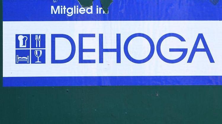 Das Schild der Dehoga. Foto: Stefan Sauer/dpa-Zentralbild/dpa/Archivbild