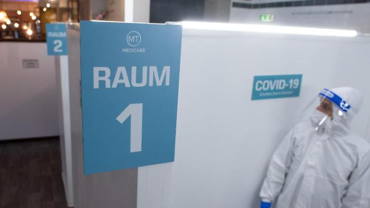 Ein Mitarbeiter des Covid 19-Schnelltest-Zentrums Düsseldorf wartet auf Patienten. Foto: Federico Gambarini/dpa/Aktuell
