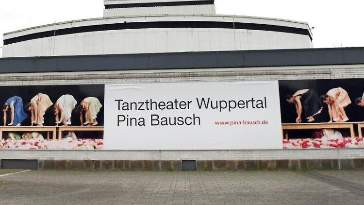Das Schauspielhaus in Wuppertal ist von außen zu sehen. Foto: Caroline Seidel/dpa/Archivbild