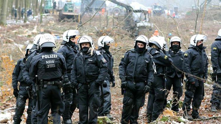 Polizisten stehen vor einem sogenannten
