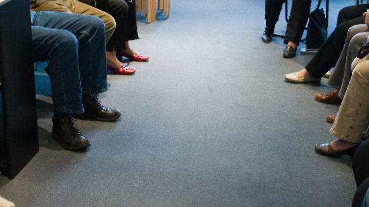 Viele Patienten sitzen in einem Wartezimmer einer Arztpraxis. Foto: Patrick Pleul/zb/dpa/Archivbild