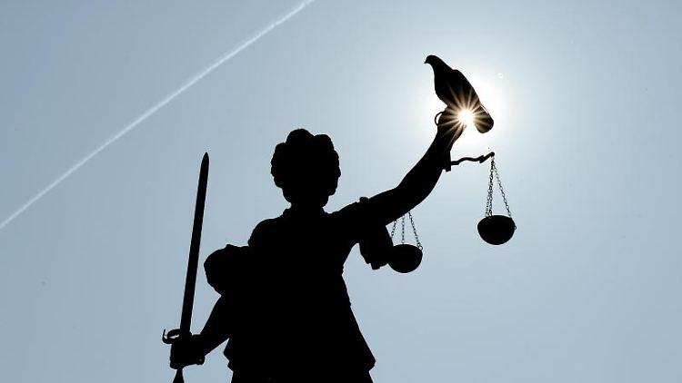 Eine Justitia-Figur steht unter freiem Himmel. Foto: Arne Dedert/dpa/Symbolbild