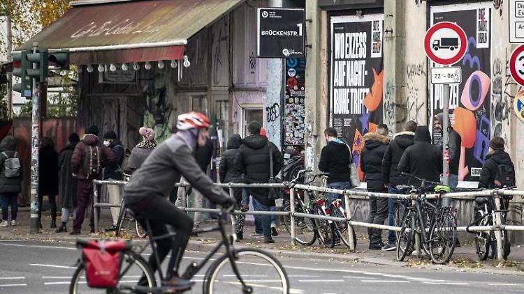 Vor dem KitKat-Club stehen Menschen Schlange. Foto: Fabian Sommer/dpa