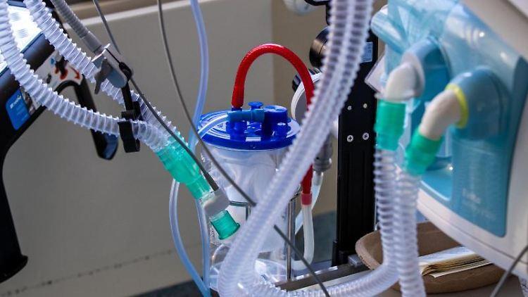 Ein Beatmungsgerät steht neben einem Bett auf der Intensivstation. Foto: Jens Büttner/dpa-Zentralbild/dpa/Symbolbild